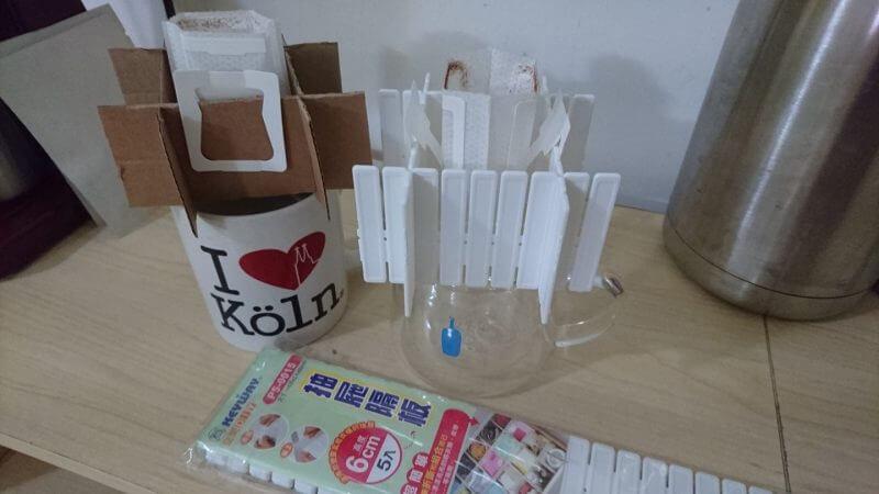 用瓦楞紙及抽屜隔板做成的濾掛式咖啡架 prototype 及最終成品