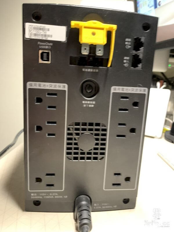 開始拆裝前一定要斷開背板後的電池連接器