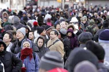 圖片引用自 http://news.xinhuanet.com/world/2005-12/22/content_3954726.htm12月20日清晨,長島火車站售票窗外排起長龍(路透 社圖片)